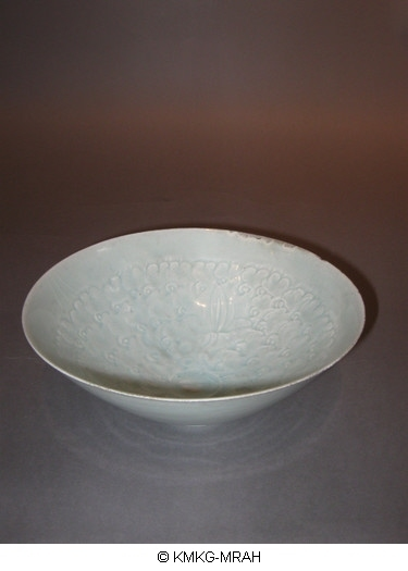 Bowl decorated with lotus and waves