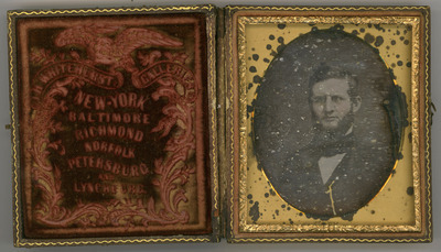 The daguerreotype is a bit deteriorated. There are signs of oxidation. The mat is deteriorated.