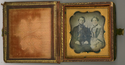 The daguerreotype  is in a relatively good condition of conservation. There are signs of oxidation and a mirror effect. Applied metal with writing Souvenir on the cover