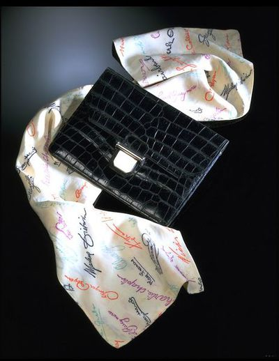Scarf with printed film-star autographs, probably made in France, ca. 1940. White artificial silk scarf printed with signatures and autographs of film actors in green, purple, orange and black. Autographs include Joan Crawford, Douglas Fairbanks, Merle Oberon and Stan Laurel.Printed artificial silk.