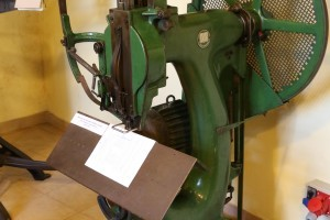 Machine for sewing blocks with wire